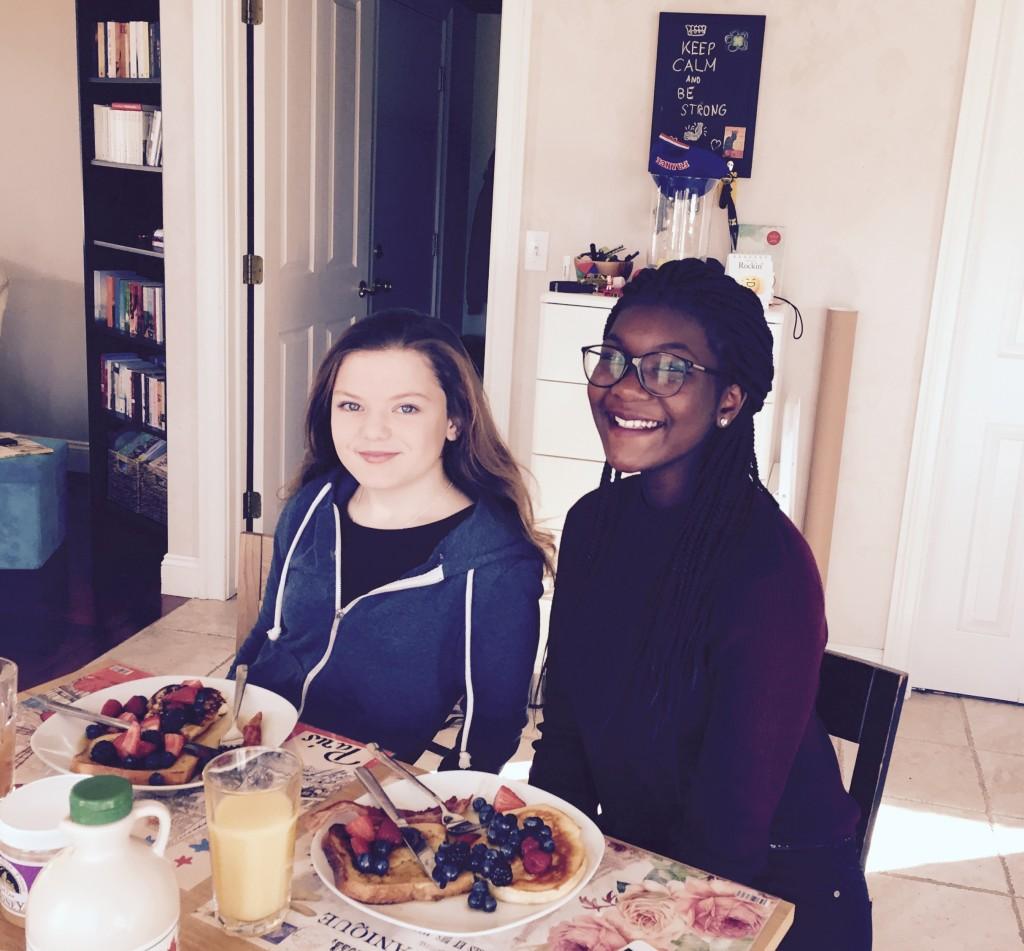 Amerikanisches Frühstück: Pancakes, French Toast und Bacon